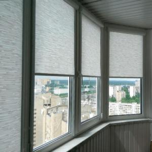 Тканевые ролетына балконе в интерьере фото
