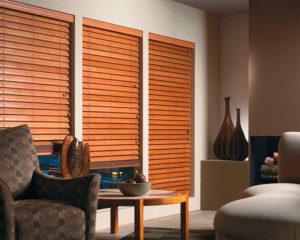 деревянные жалюзи в гостиной фото интерьера
