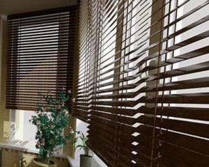 деревянные жалюзи коричневые в интерьере фото
