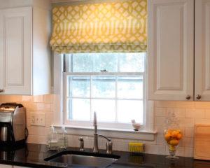 римские шторы с узором на кухню фото