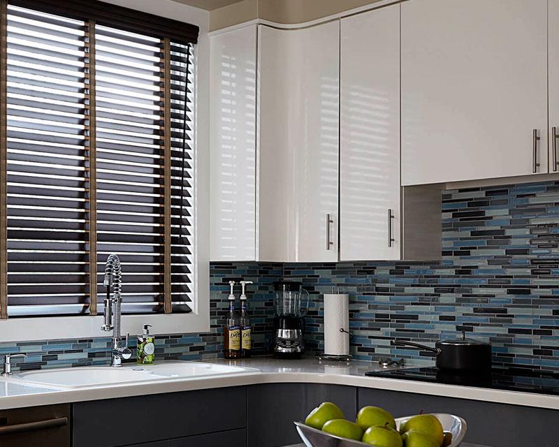 горизонтальные жалюзи на кухню реальное фото