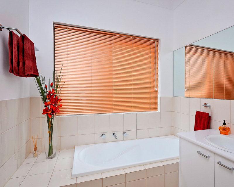 Оранжевые горизонтальные жалюзи в интерьре ванной фото