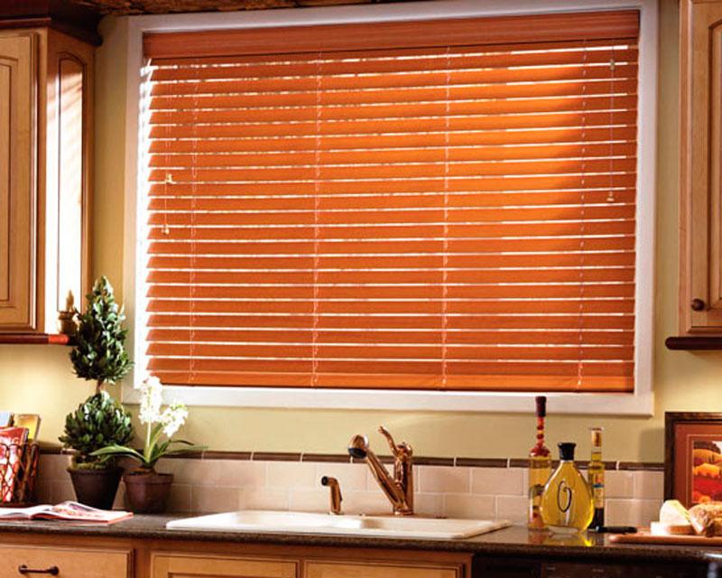 деревянные жалюзи в интерьере кухни реальное фото