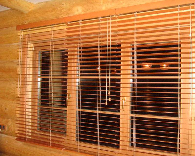 деревянные горизонтальные жалюзи в интерьере реальное фото