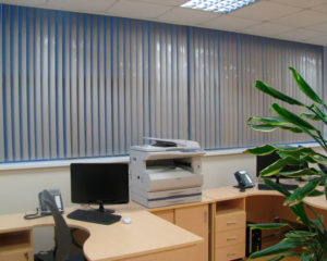 вертикальные алюминиевые жалюзи в офисе фото