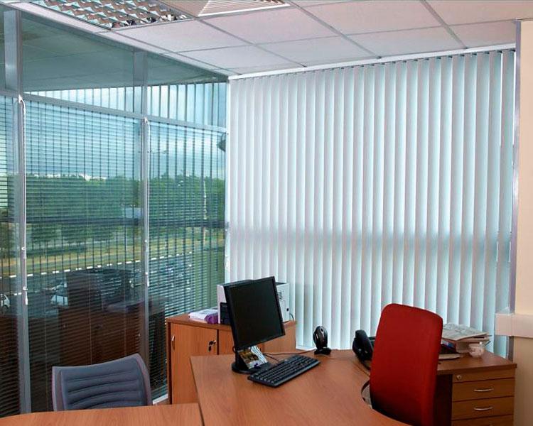 вертикальные жалюзи в интерьере офиса фото